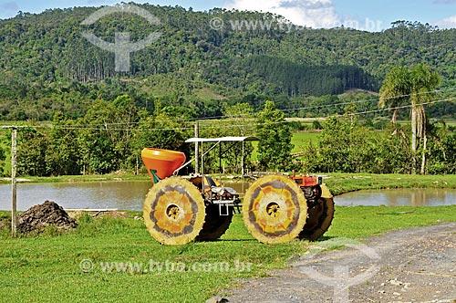 Trator com rodas adaptadas para a plantação de arroz - zona rural da cidade de Doutor Pedrinho  - Doutor Pedrinho - Santa Catarina (SC) - Brasil