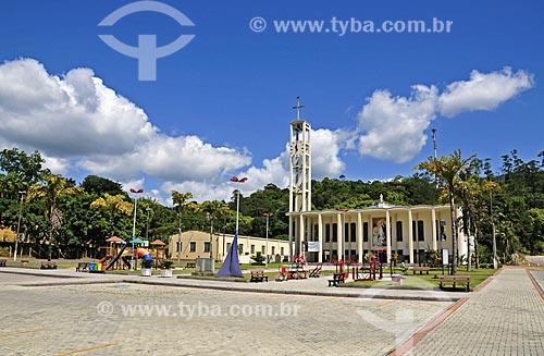 Praça com a Igreja Matriz da Imaculada Conceição ao fundo  - Rio dos Cedros - Santa Catarina (SC) - Brasil