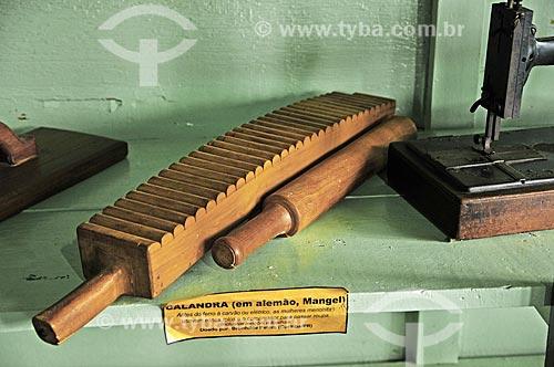 Calandra - instrumento utilizado para passar as roupas - em exposição no Museu Paul Zerna (Memorial do Imigrante) - parte do Centro Cultural Paul Zerna  - Witmarsum - Santa Catarina (SC) - Brasil
