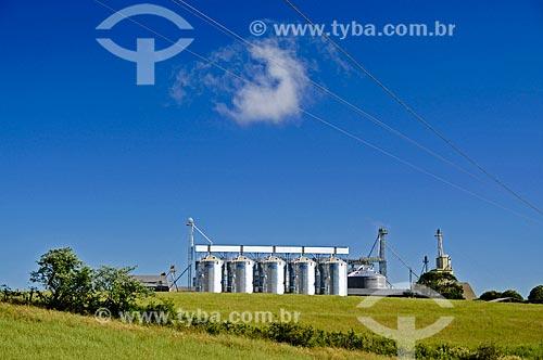 Silos de trigo às margem da Rodovia BR-470 próximo à cidade de Monte Carlo  - Monte Carlo - Santa Catarina (SC) - Brasil
