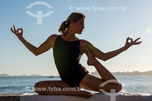 Mulher praticando Yoga no Mirante do Leme - também conhecido como Caminho dos Pescadores  - Rio de Janeiro - Rio de Janeiro (RJ) - Brasil