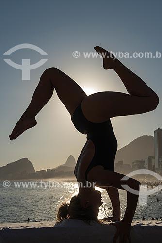 Mulher praticando Yoga no Mirante do Leme - também conhecido como Caminho dos Pescadores - movimento vrschikasana (escorpião)  - Rio de Janeiro - Rio de Janeiro (RJ) - Brasil