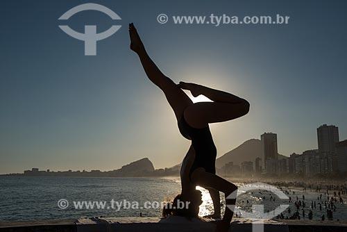 Mulher praticando Yoga no Mirante do Leme - também conhecido como Caminho dos Pescadores - movimento shirshasana  - Rio de Janeiro - Rio de Janeiro (RJ) - Brasil