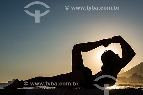 Mulher praticando Yoga no Mirante do Leme - também conhecido como Caminho dos Pescadores - movimento dhanurasana (arco)  - Rio de Janeiro - Rio de Janeiro (RJ) - Brasil