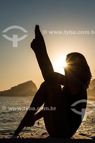 Mulher praticando Yoga no Mirante do Leme - também conhecido como Caminho dos Pescadores - variação do movimento navasana (barco)  - Rio de Janeiro - Rio de Janeiro (RJ) - Brasil