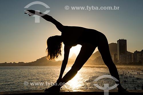 Mulher praticando Yoga no Mirante do Leme - também conhecido como Caminho dos Pescadores - movimento utthita trikonasana (triângulo)  - Rio de Janeiro - Rio de Janeiro (RJ) - Brasil