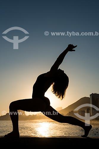 Mulher praticando Yoga no Mirante do Leme - também conhecido como Caminho dos Pescadores - movimento virabhadrasana (guerreiro)  - Rio de Janeiro - Rio de Janeiro (RJ) - Brasil