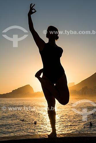 Mulher praticando Yoga no Mirante do Leme - também conhecido como Caminho dos Pescadores - movimento vrikshasana (árvore)  - Rio de Janeiro - Rio de Janeiro (RJ) - Brasil