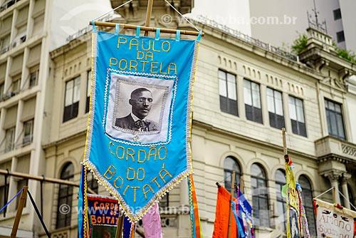 Estandarte em homenagem à Paulo da Portela durante o desfile do bloco de carnaval de rua Cordão do Boitatá na Rua da Assembléia  - Rio de Janeiro - Rio de Janeiro (RJ) - Brasil
