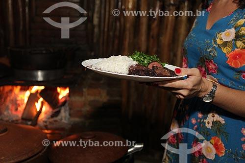 Mulher comendo feijoada no Quilombo do Grotão  - Niterói - Rio de Janeiro (RJ) - Brasil