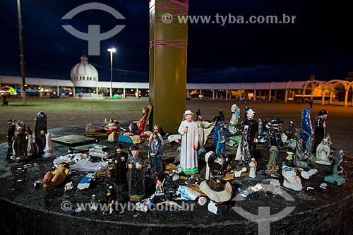 Imagens religiosas sob cruzeiro na Praça dos Romeiros - em frente à Basílica Santuário de Nossa Senhora das Dores  - Juazeiro do Norte - Ceará (CE) - Brasil