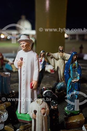 Detalhe da imagem religiosa de Padre Cícero sob cruzeiro na Praça dos Romeiros - em frente à Basílica Santuário de Nossa Senhora das Dores  - Juazeiro do Norte - Ceará (CE) - Brasil