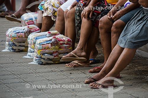 Distribuição de cestas básicas pelo Grupo Espírita União em Caridade Praça José Hilânio - também conhecida com Praça La Favorita   - Juazeiro do Norte - Ceará (CE) - Brasil