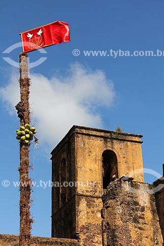 Bandeira do Divino na Praça da Matriz com as ruínas da Igreja Matriz de São Matias ao fundo  - Alcântara - Maranhão (MA) - Brasil