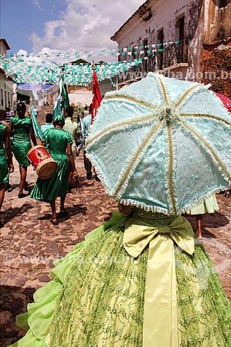 Jovem integrante do Império (parte do enredo) com as Caixeiras do Divino ao fundo durante a Festa do Divino  - Alcântara - Maranhão (MA) - Brasil