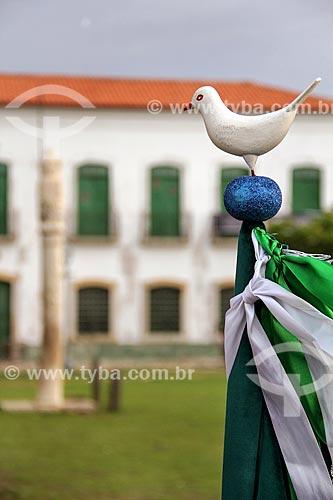 Detalhe da bandeira do Mordomo Régio (parte do enredo) com o pelourinho da Praça da Matriz ao fundo durante a Festa do Divino  - Alcântara - Maranhão (MA) - Brasil