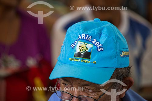 Homem usando boné com a imagem de Padre Cícero na missa de despedida dos romeiros na Basílica Santuário de Nossa Senhora das Dores durante a Romaria de Nossa Senhora das Candeias  - Juazeiro do Norte - Ceará (CE) - Brasil