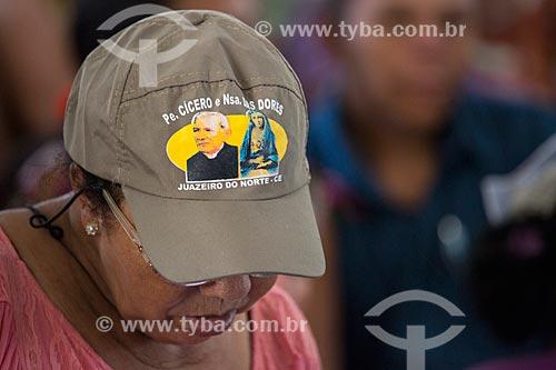 Mulher usando boné com a imagem de Padre Cícero e Nossa Senhora das Dores na missa de despedida dos romeiros na Basílica Santuário de Nossa Senhora das Dores durante a Romaria de Nossa Senhora das Candeias  - Juazeiro do Norte - Ceará (CE) - Brasil