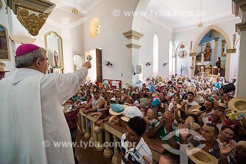 Padre abençoando fiéis durante a missa de despedida dos romeiros na Basílica Santuário de Nossa Senhora das Dores  - Juazeiro do Norte - Ceará (CE) - Brasil