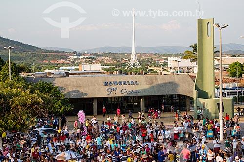 Concentração de romeiros para a Romaria de Nossa Senhora das Candeias com o Memorial Padre Cícero e o Luzeiro do Sertão ao fundo  - Juazeiro do Norte - Ceará (CE) - Brasil