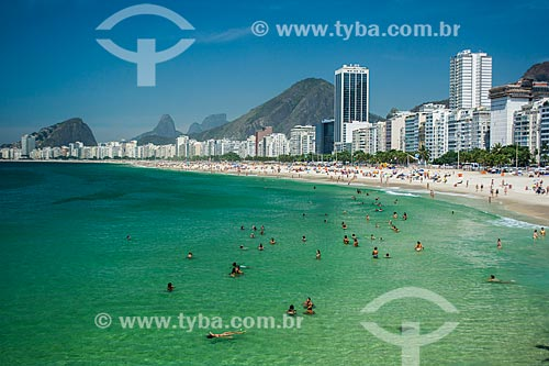 Vista da Praia do Leme com a água cristalina - fenômeno causado pela mudança de direção do vento, influenciando as correntes marítimas e deixando a água mais clara e quente  - Rio de Janeiro - Rio de Janeiro (RJ) - Brasil