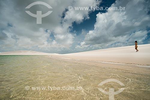 Mulher caminhando às margens da Lagoa América no Parque Nacional dos Lençóis Maranhenses  - Santo Amaro do Maranhão - Maranhão (MA) - Brasil