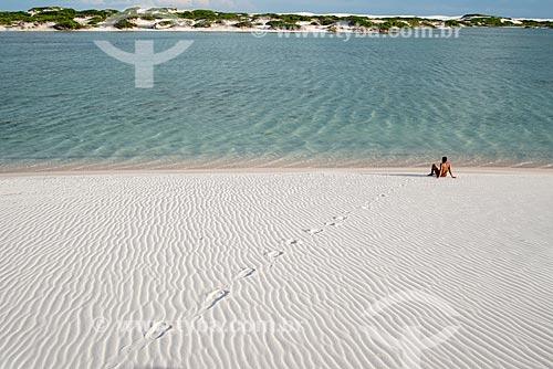 Homem às margens de lagoa próxima ao Oásis Queimada dos Britos no Parque Nacional dos Lençóis Maranhenses  - Santo Amaro do Maranhão - Maranhão (MA) - Brasil