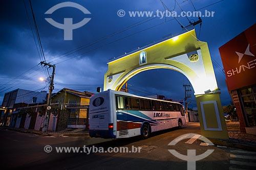 Ônibus de romeiros passando pelo Arco do Salesiano  - Juazeiro do Norte - Ceará (CE) - Brasil