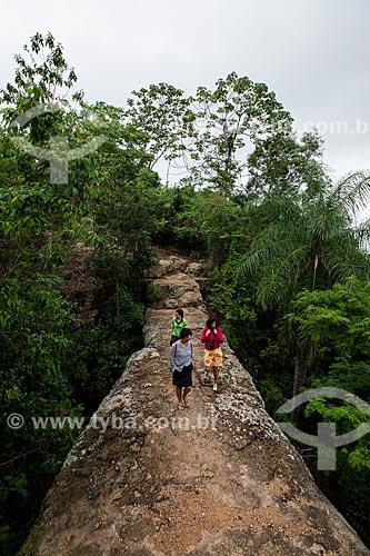 Turistas atravessando o Geossítio Ponte de Pedra - aproximadamente com 96 milhões de anos (Período Cretáceo) - no Geoparque Araripe  - Nova Olinda - Ceará (CE) - Brasil