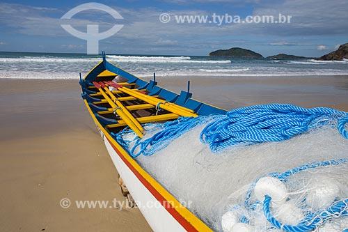 Barco na orla da Praia do Santinho  - Florianópolis - Santa Catarina (SC) - Brasil