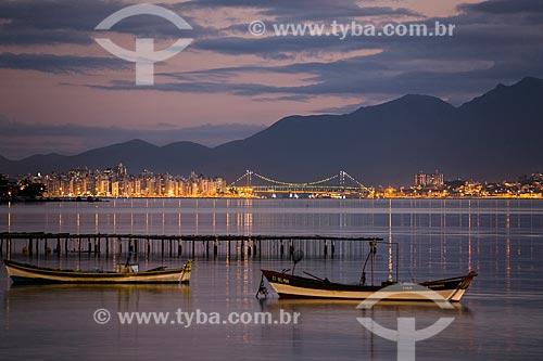 Criação de ostras com a Ponte Hercílio Luz e a Serra do Tabuleiro ao fundo  - Florianópolis - Santa Catarina (SC) - Brasil