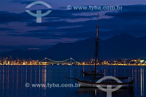 Barco na Baía Norte com a Ponte Hercílio Luz e a Serra do Tabuleiro ao fundo  - Florianópolis - Santa Catarina (SC) - Brasil