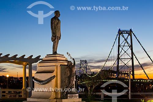 Monumento em homenagem ao governador Hercílio Luz com a Ponte Hercílio Luz (1926) ao fundo  - Florianópolis - Santa Catarina (SC) - Brasil