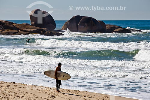 Surfista na orla da Praia Brava  - Florianópolis - Santa Catarina (SC) - Brasil