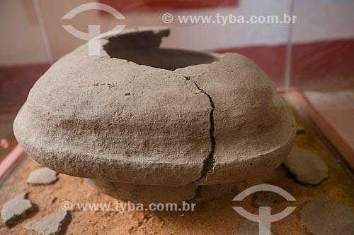Grande pote de cerâmica (Igaçaba) usado como urna funerária encontrado no Sítio Mata (Crato - CE) em exposição na Fundação Casa Grande - Memorial do Homem Kariri  - Nova Olinda - Ceará (CE) - Brasil