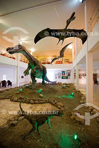 Réplicas do dinossauros Santanaraptor placidus - em primeiro plano - do Angaturama (Angaturama limai) - também conhecido como Irritator challengeri - e Pterossauro acima no Museu de Paleontologia da Universidade Regional do Cariri  - Santana do Cariri - Ceará (CE) - Brasil