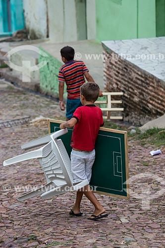Menino carregando mesa de futebol de botão na Colina do Horto  - Juazeiro do Norte - Ceará (CE) - Brasil