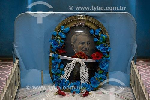 Detalhe de quadro sobre a cama onde dormia e faleceu Padre Cícero em exposição no Museu Vivo de Padre Cícero - também conhecido como Casarão do Horto  - Juazeiro do Norte - Ceará (CE) - Brasil