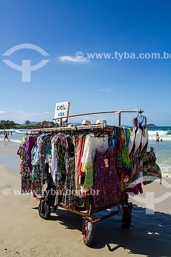 Vendedor ambulante na Praia do Matadeiro  - Florianópolis - Santa Catarina (SC) - Brasil