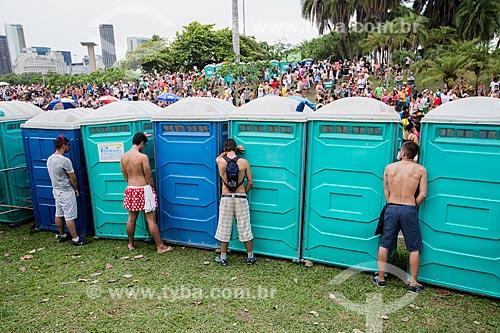 Foliões urinando no lado de fora dos banheiros químicos durante o desfile do bloco de carnaval de rua Sargento Pimenta no Aterro do Flamengo  - Rio de Janeiro - Rio de Janeiro (RJ) - Brasil
