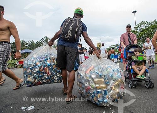 Catador recolhendo latas de alumínio durante o desfile do bloco de carnaval de rua Sargento Pimenta no Aterro do Flamengo  - Rio de Janeiro - Rio de Janeiro (RJ) - Brasil