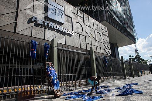Protesto de trabalhadores do Complexo Petroquímico do Rio de Janeiro (COMPERJ) em frente ao edifício sede da Petrobras  - Rio de Janeiro - Rio de Janeiro (RJ) - Brasil