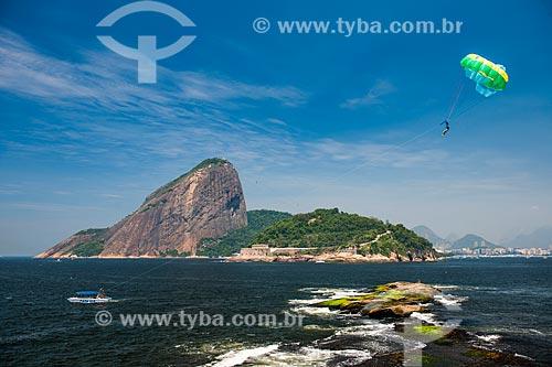 Parasailing na Baía de Guanabara com Pão de Açúcar ao fundo  - Rio de Janeiro - Rio de Janeiro (RJ) - Brasil