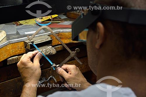 Ourives trabalhando na separação dos anéis após forjação  - Rio de Janeiro - Rio de Janeiro (RJ) - Brasil