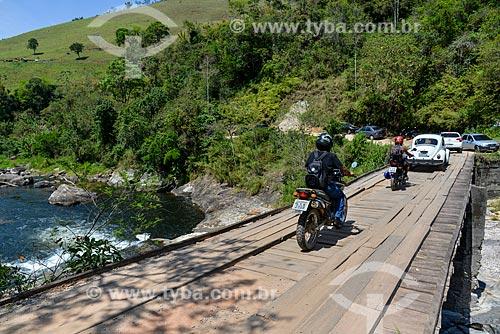 Veículos na Ponte do Alemão sobre o Rio Macaé na Reserva Florestal de Macaé de Cima  - Nova Friburgo - Rio de Janeiro (RJ) - Brasil