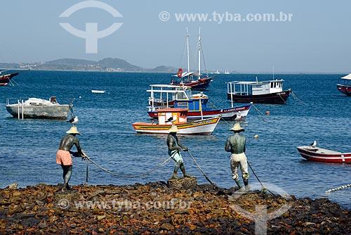 Escultura dos Três Pescadores na orla da Praia da Armação  - Armação dos Búzios - Rio de Janeiro (RJ) - Brasil