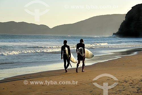 Surfistas na orla da Praia de Geribá  - Armação dos Búzios - Rio de Janeiro (RJ) - Brasil