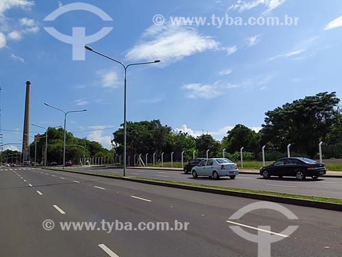 Avenida Mauá com a chaminé do Centro Cultura Usina do Gasômetro ao fundo  - Porto Alegre - Rio Grande do Sul (RS) - Brasil