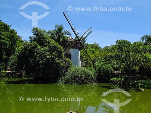Moinho de vento às margens da lagoa no Parque Moinhos de Vento  - Porto Alegre - Rio Grande do Sul (RS) - Brasil