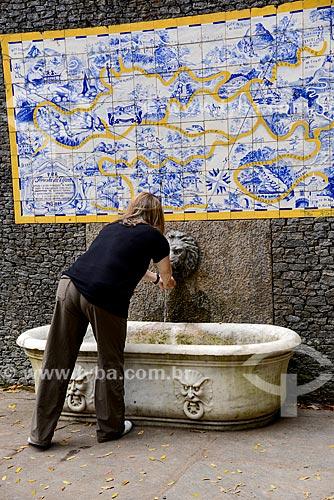 Turista na fonte com painel de azulejos com o mapa da Floresta da Tijuca (1946) próximo à Cascatinha Taunay  - Rio de Janeiro - Rio de Janeiro (RJ) - Brasil